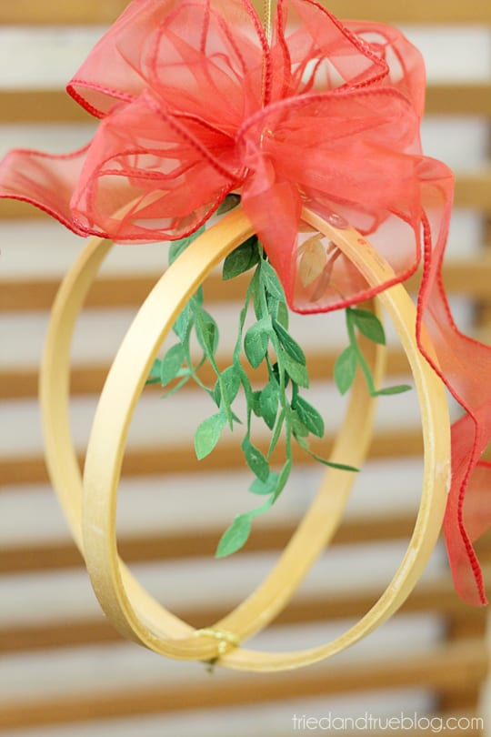 Christmas Mistletoe Hanger with Bowdabra - Super easy decoration!