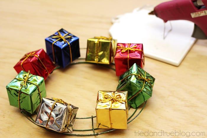 Happy Holiday Gift Wreath - Glue