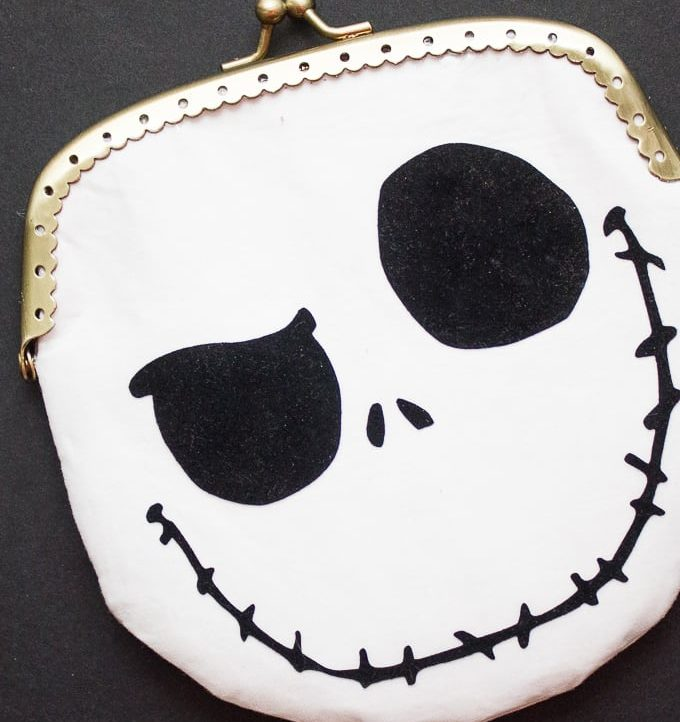 Use the free cutting file to make this adorable Jack Skellington Coin Purse!